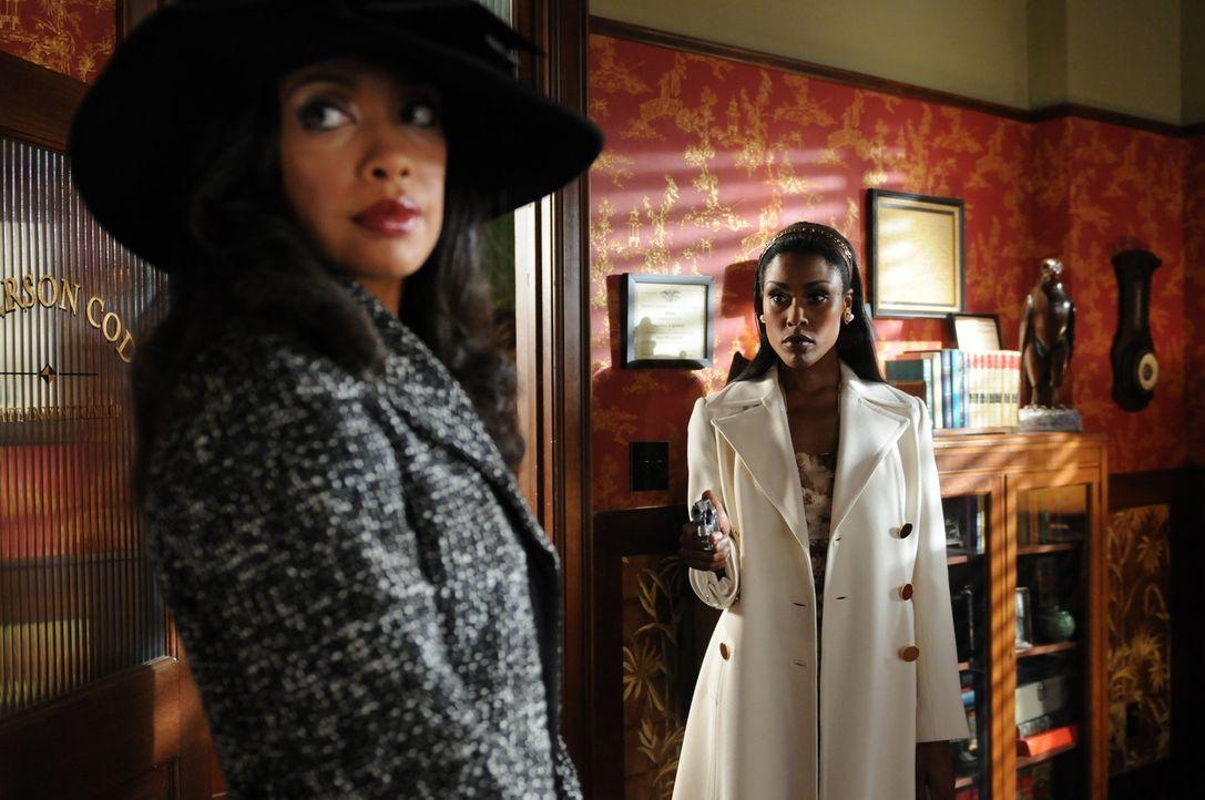 Während Emerson dem Mordfall um Roland Stingwell auf den Grund geht, treffen sich seine beiden Herzdamen Simone Hundin (Christine Adams, r.) und Li... - Bildquelle: Warner Brothers