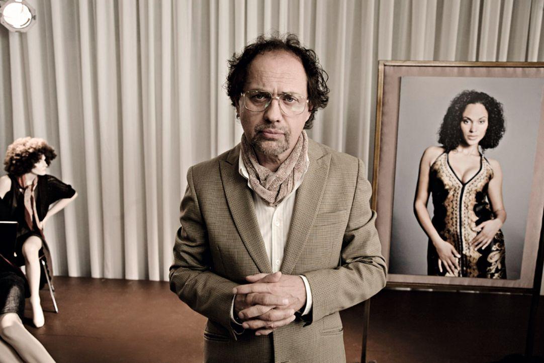 Gibt Tipps in Sachen Liebe: Flirtlehrer Dr. Eisenberger (Uwe Ochsenknecht) ... - Bildquelle: 2009 Warner Bros. Entertainment