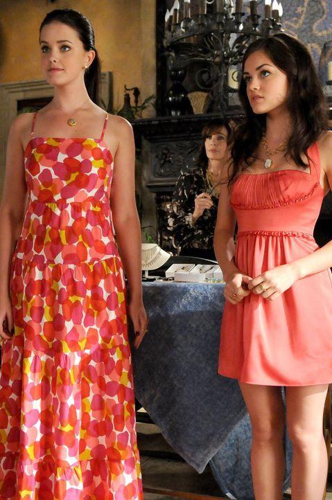 Megan schlägt vor, Sage (Ashley Newbrough, l.) und Rose (Lucy Hale, r.) in die neueste Werbekampagne von Limoges Cosmetics einzubeziehen. Kann das g... - Bildquelle: Warner Bros. Television