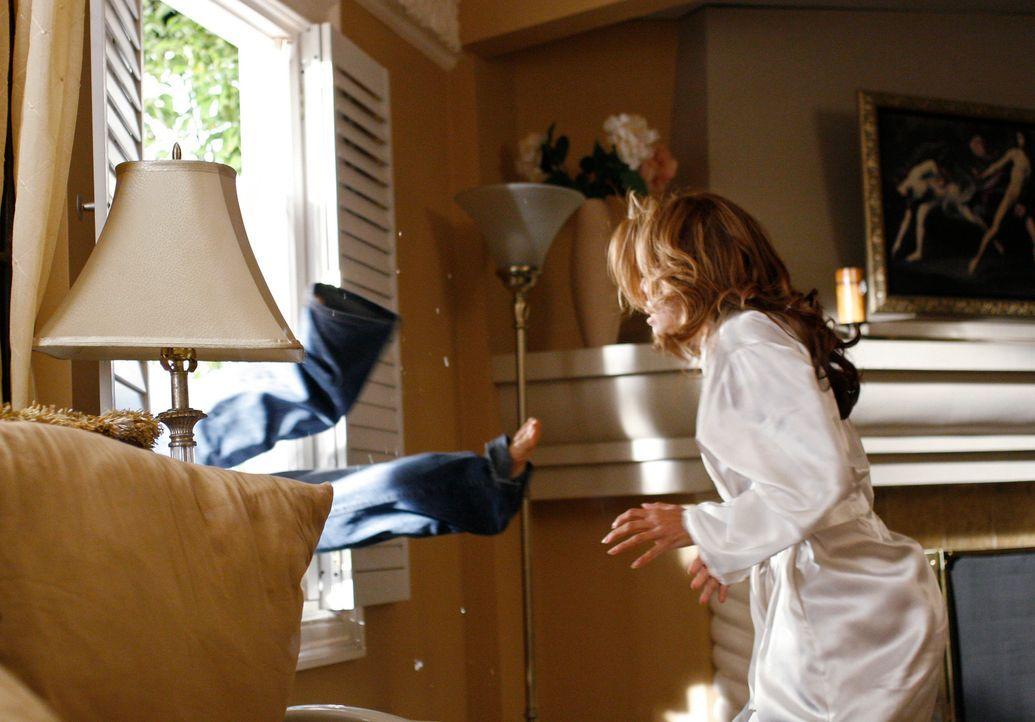 Nachdem Gabrielle (Eva Longoria, r.) herausgefunden hat, dass die Papiere im Schreibtisch nicht echt waren, gibt sie Carlos (Ricardo Antonio Chavira... - Bildquelle: 2005 Touchstone Television  All Rights Reserved