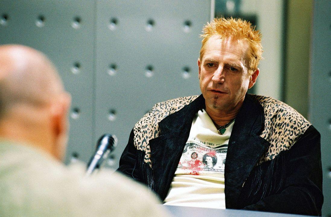 """""""Rod Stewart"""" (Martin Semmelrogge, r.) wird von Merten (Jürgen Schornagel, l.) verhört. - Bildquelle: Sat.1"""