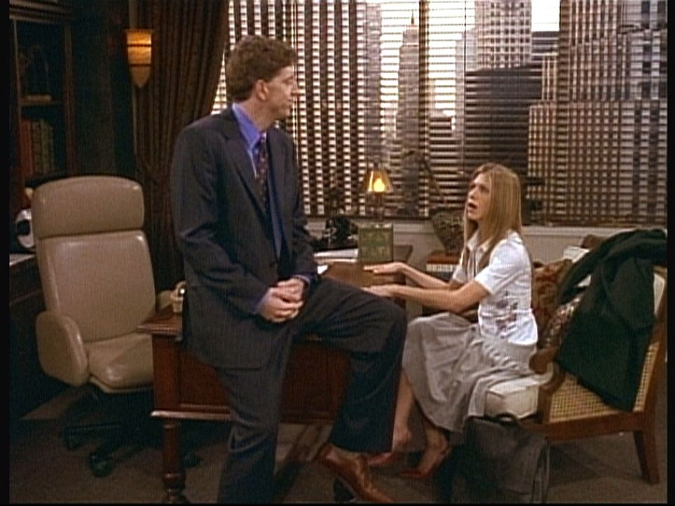 Während des Vorstellungsgespräches tritt Rachel (Jennifer Aniston, r.) ungewollt, aber gewaltig in ein Fettnäpfchen ... - Bildquelle: TM+  2000 WARNER BROS.