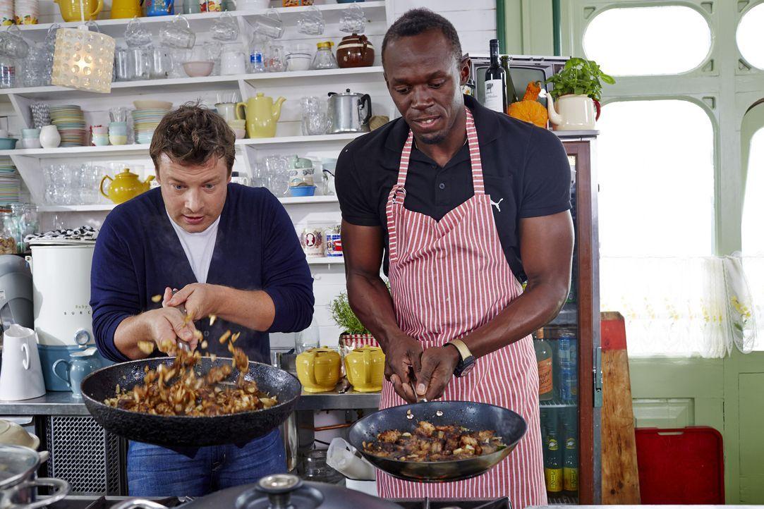 Spitzenkoch und Weltmeister-Läufer am Herd: Jamie (l.) und Usain Bolt (r.) ...