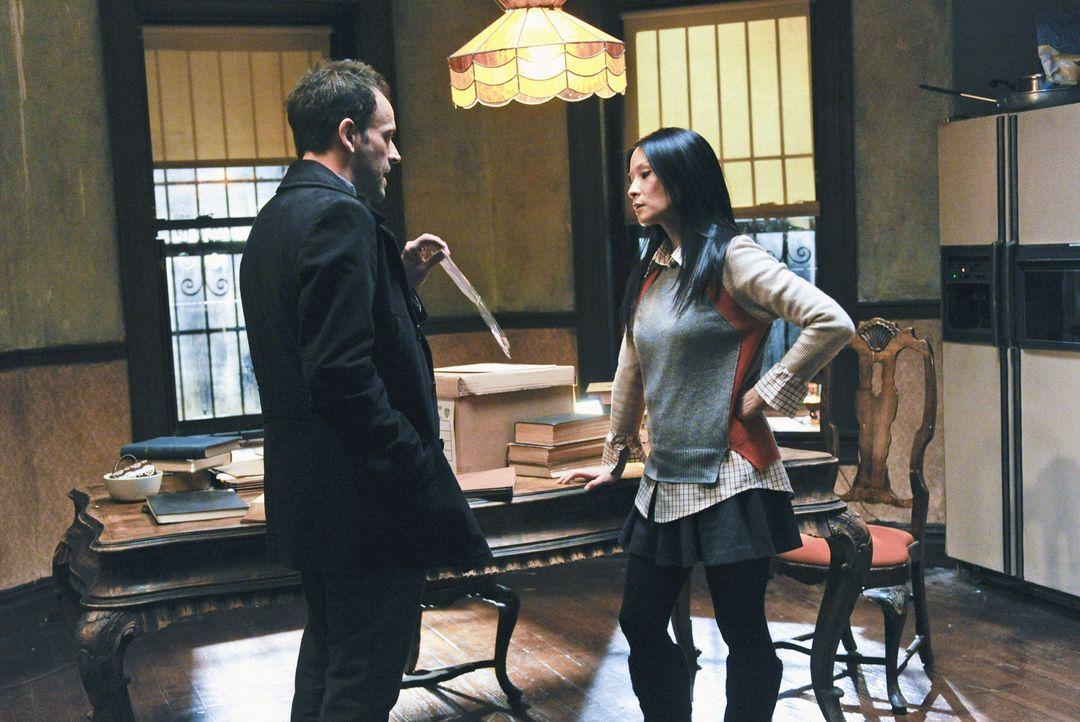 Während der Ermittlungen in einem neuen Fall, plagen Joan Watson (Lucy Liu, r.) Zweifel, ob sie Sherlock Holmes (Jonny Lee Miller, l.) verlassen kan... - Bildquelle: CBS Television