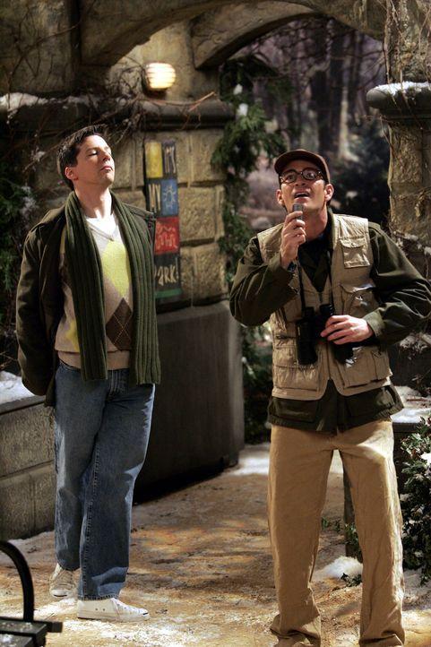Während Grace ein Date hat, entpuppt sich ein Spanner vor Karens Haus als ihr schwuler Nachbar Aaron (Luke Perry, r.), ein begeisterter Vogelliebhab... - Bildquelle: Chris Haston NBC Productions
