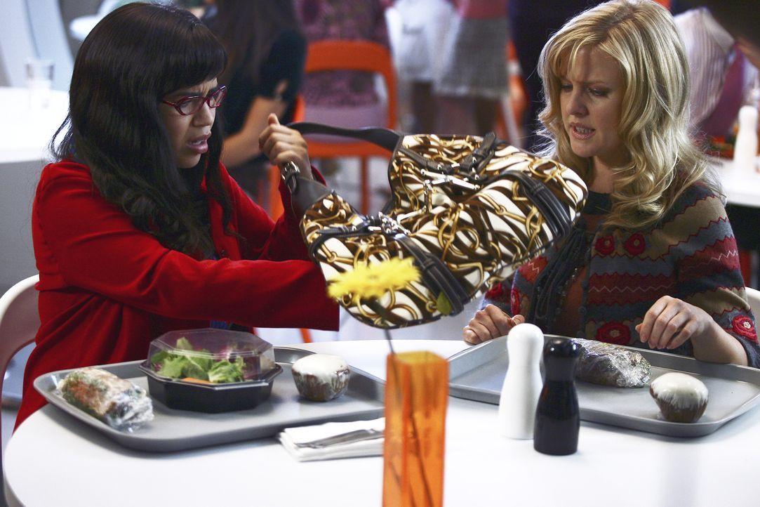 Christina (Ashley Jensen, r.) veranstaltet einen Fundusverkauf, und legt für Betty (America Ferrera, l.) eine teure Gucci-Tasche zurück, an der insb... - Bildquelle: Buena Vista International Television