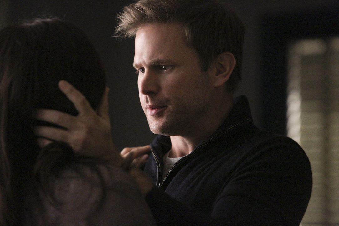 Erschrocken muss Alaric (Matthew Davis) erkennen, dass Jo doch nicht so stark ist, wie er erwartet hatte ... - Bildquelle: Warner Bros. Entertainment, Inc