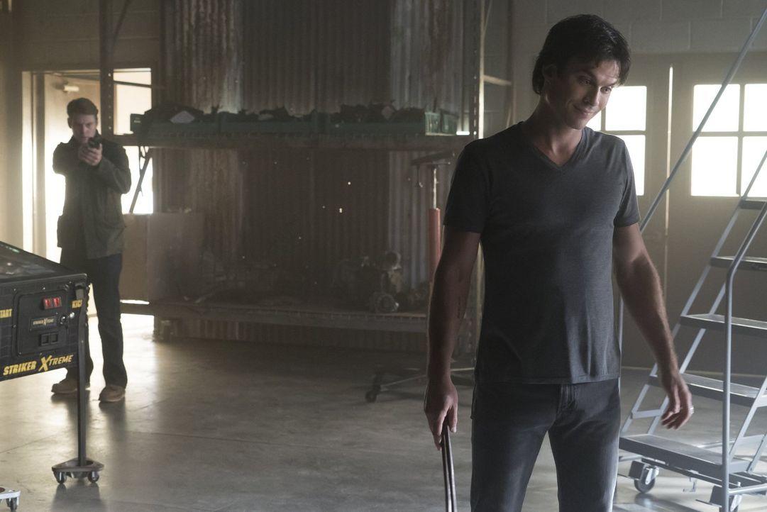 Während Sybil Stefan und Alaric in ihre Lebensgeschichte einweiht, trifft Matt (Zach Roerig, l.) unerwarteter Weise auf Damon (Ian Somerhalder, r.)... - Bildquelle: Warner Bros. Entertainment, Inc.