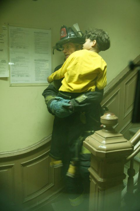 Tommy (Denis Leary) gelingt es, ein kleines Kind zu retten. Doch bei der Aktion stürzt er schwer, so dass ihm Jesus leibhaftig erscheint ... - Bildquelle: 2005 Sony Pictures Television Inc. All Rights Reserved.