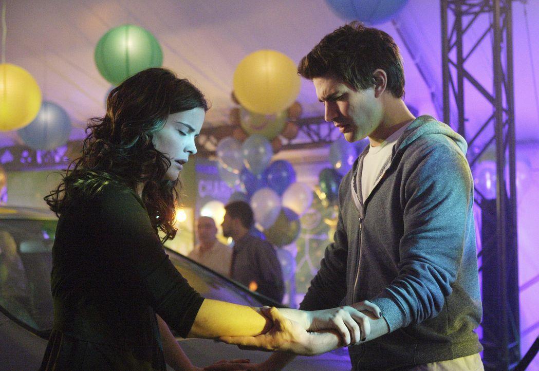 Als sich die beiden berühren, kann Kyle (Matt Dallas, r.), die Visionen von Jessi (Jaimie Alexander, l.) wahrnehmen. Er sieht einen Brand bei Zzyzx... - Bildquelle: TOUCHSTONE TELEVISION