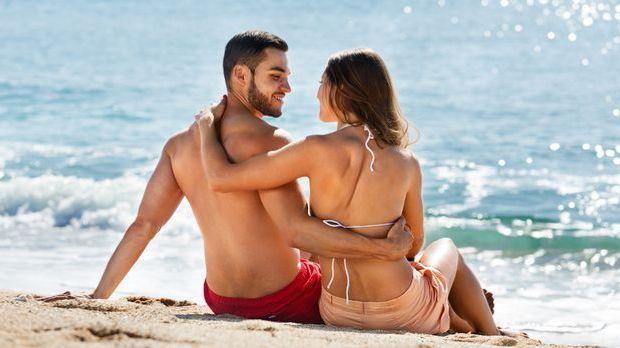 Pärchen am Strand, einem beliebten Ort für Sex