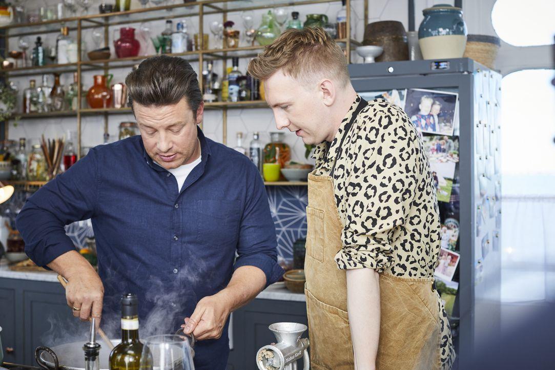 Jamie Oliver (l.); Joe Lycett (r.) - Bildquelle: Steve Ryan 2019 Jamie Oliver Enterprises Ltd. / Steve Ryan