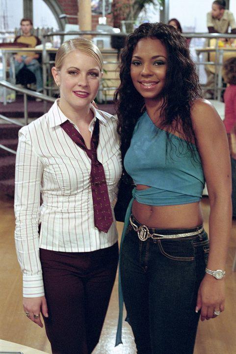 Die zufällige Bekanntschaft mit Ashanti (Ashanti, r.) verhilft Sabrina (Melissa Joan Hart, l.), ihre Glaubwürdigkeit in der Redaktion zurückzuerl... - Bildquelle: Paramount Pictures