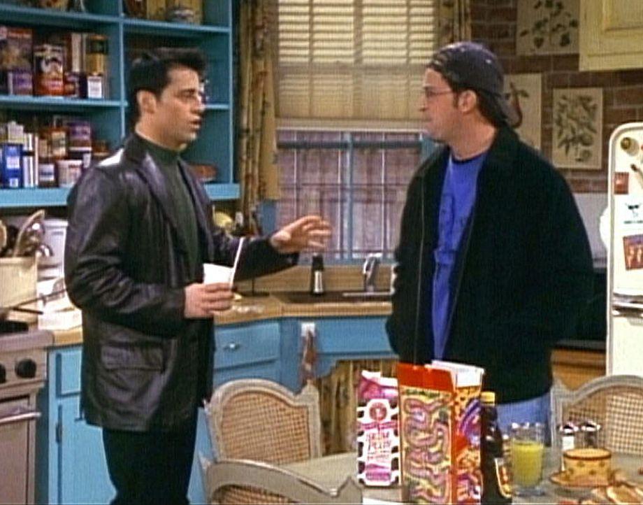 Joey (Matt LeBlanc, l.) möchte sich bei seinem Butler Chandler (Matthew Perry, r.) entschuldigen, weil er etwas zu grob zu ihm war. - Bildquelle: TM+  2000 WARNER BROS.