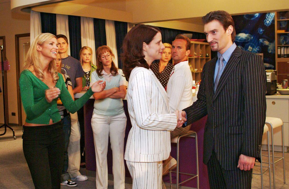 Lisa (Alexandra Neldel, 4.v.l.) merkt, dass nicht alle Kollegen Richard (Karim Köster, r.) als neuen Chef ablehnen. v.l.n.r.: Sabrina (Nina-Frieder... - Bildquelle: Sat.1
