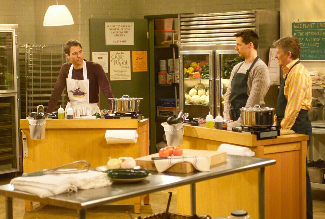 Eigentlich hat sich Will (Eric McCormack, l.) den Kochkurs anders vorgestellt, denn plötzlich hat sogar Jack (Sean Hayes, M.) einen Partner (Dave Fo... - Bildquelle: NBC Productions