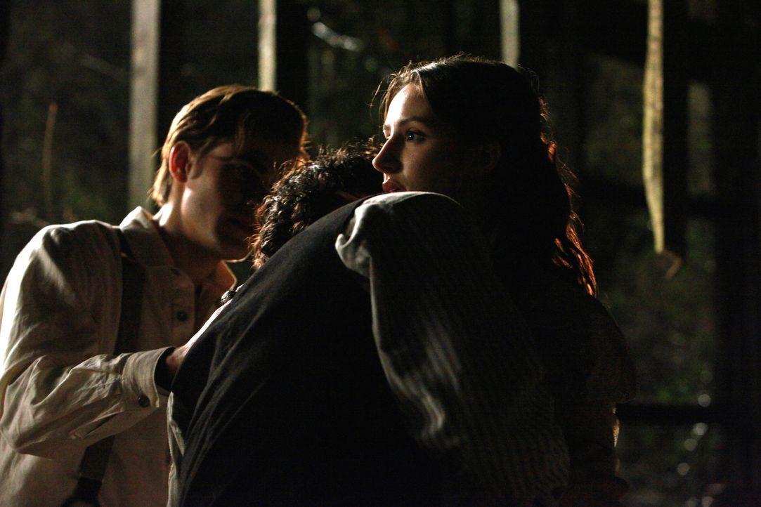 Damon (Ian Somerhalder, M.) kann dem Geruch des frischen Blutes nicht lange widerstehen -  und verwandelt sich wie sein Bruder (Paul Wesley, l.) in... - Bildquelle: Warner Bros. Television