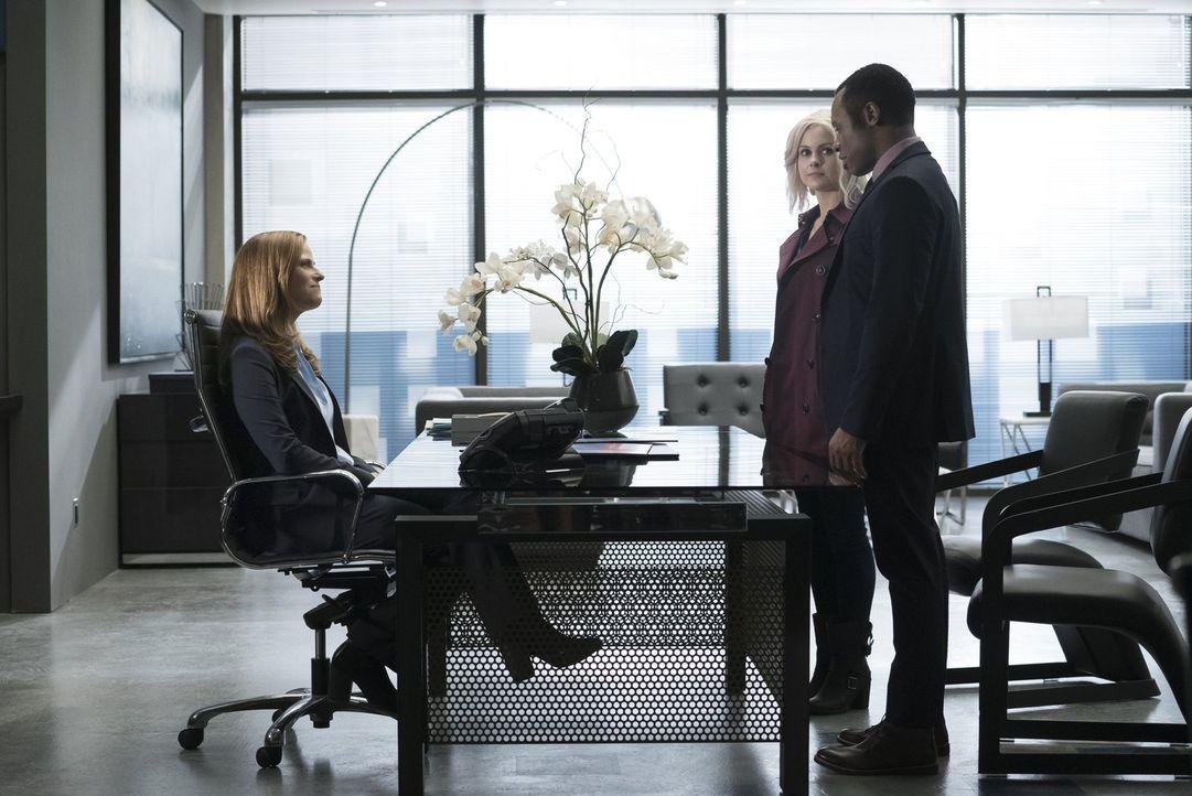 Vivian (Andrea Savage, l.) hofft auf neue Fortschritte im Mord an drei Zombies, während Liv (Rose McIver, M.) und Clive (Malcolm Goodwin, r.) von de... - Bildquelle: 2017 Warner Brothers