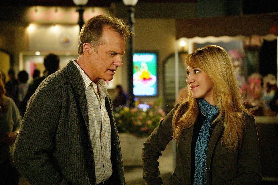Während einer Unterhaltung mit Sandy (Haylie Duff, r.) wird Eric (Stephen Collins, l.) klar, dass sie recht glücklich zu sein scheint ... - Bildquelle: The WB Television Network