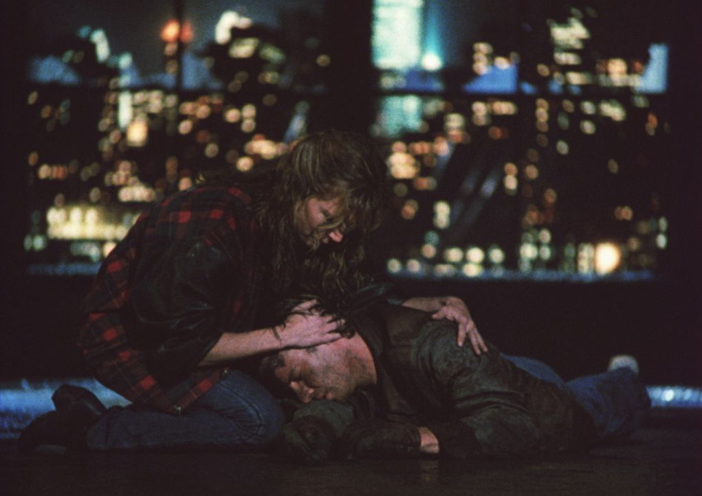 Obwohl Connor (Christopher Lambert, unten) ein Unsterblicher ist, verliebt er sich in die sterbliche Brenda (Roxanne Hart, oben) ... - Bildquelle: 20th Century Fox Film Corporation