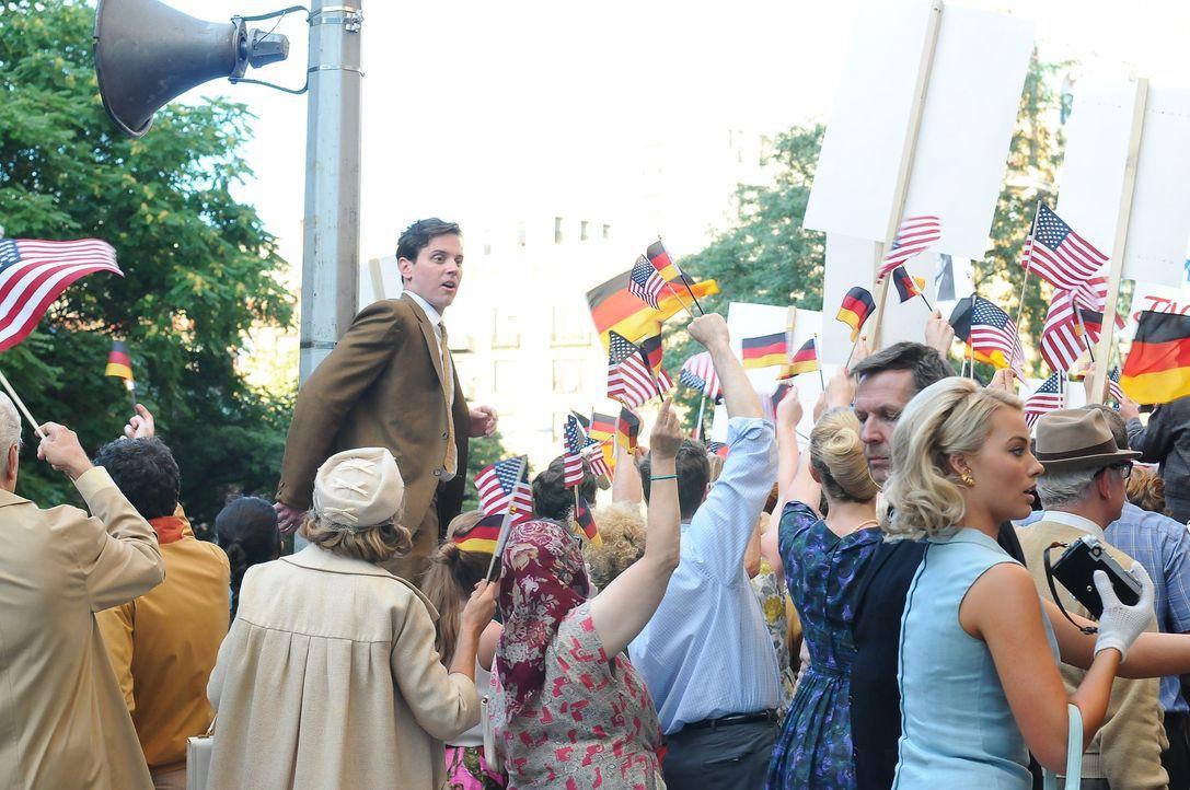 Die ausgelassene und aufreibende Stimmung in West - Berlin beeinflusst auch Ted (Michael Mosley, l.) und Laura (Margot Robbie, r.) ... - Bildquelle: 2011 Sony Pictures Television Inc.  All Rights Reserved.