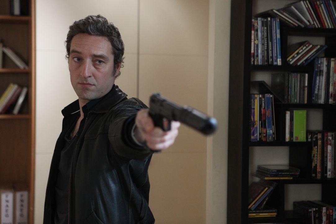 Hat Skela (Benjamin Baroche) etwas mit dem Mord an Laure Brévin zu tun? - Bildquelle: Xavier Cantat 2011 BEAUBOURG AUDIOVISUEL / Xavier Cantat