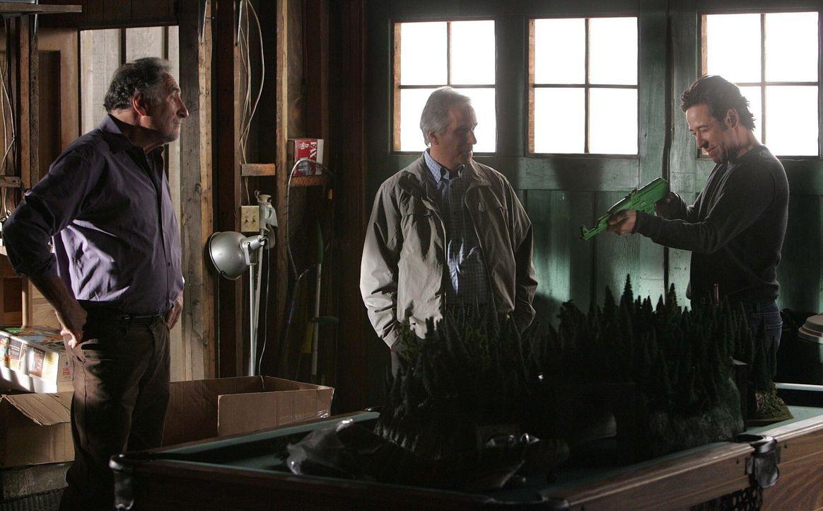 Don (Rob Morrow, r.) bekommt in einem neuen Fall Unterstützung von seinem Vater Alan (Judd Hirsch, l.) und FBI-Veteran Roger Bloom (Henry Winkler, M... - Bildquelle: Paramount Network Television