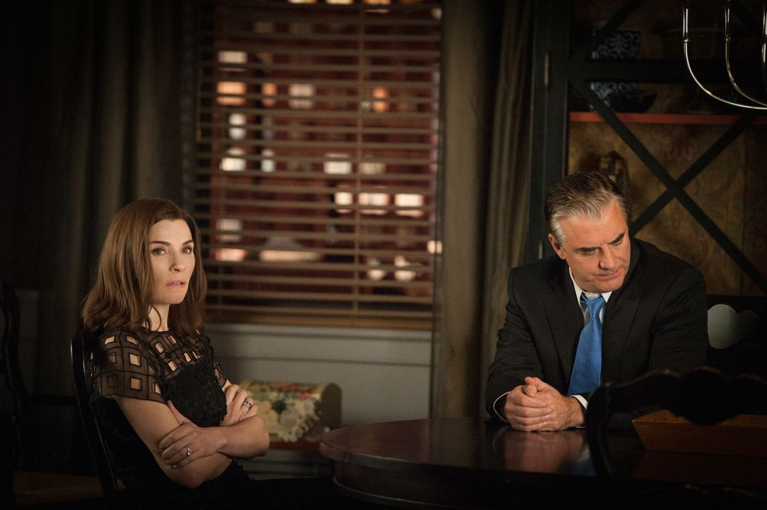 Gemeinsam mit Peter (Chris Noth, r.) tritt Alicia (Julianna Margulies, l.) vor die Presse und gibt ihren Rücktritt bekannt. Nach dem Skandal um die... - Bildquelle: Jojo Whilden 2012 CBS Broadcasting Inc. All Rights Reserved.