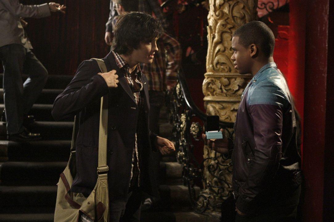 So einfach gibt sich Navid (Michael Steger, l.) nicht geschlagen - mit Dixons (Tristan Wilds, r.) Hilfe kämpft er um Adrianna... - Bildquelle: TM &   CBS Studios Inc. All Rights Reserved