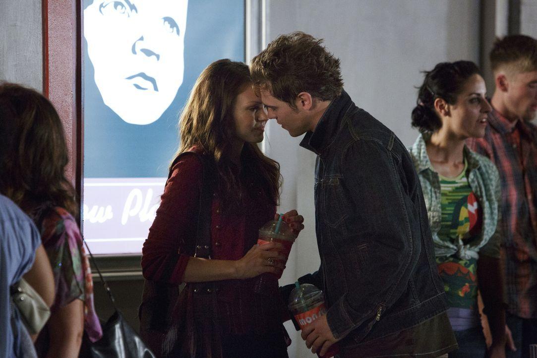 Wie wird Emery (Aimeé Teegarden, l.) reagieren, nachdem sie ein kleines, aber entscheidendes Detail über Graysons (Grey Damon, r.) Eltern erfährt? - Bildquelle: 2014 The CW Network, LLC. All rights reserved.
