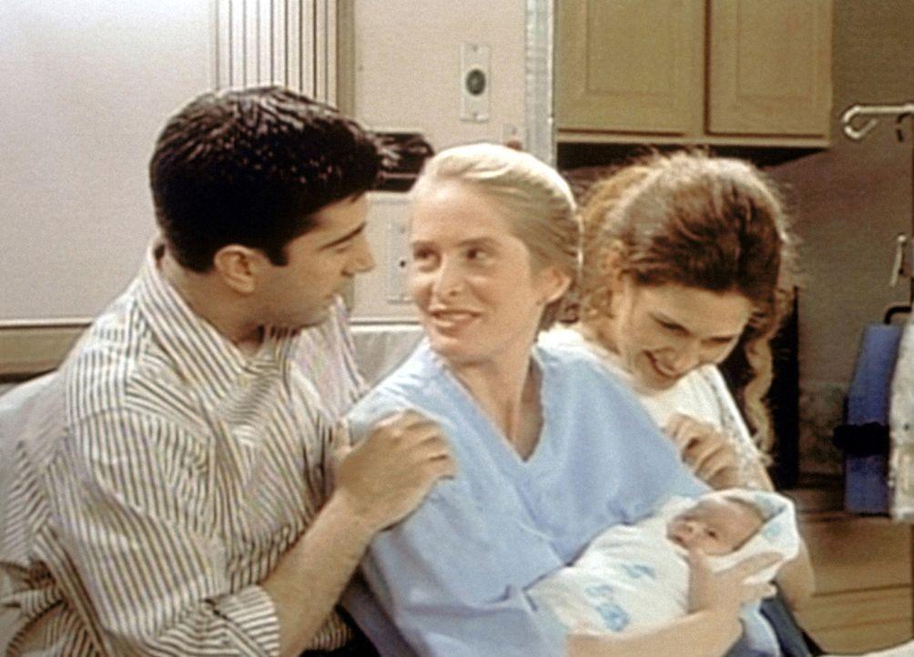 Endlich ist das Baby da. Die stolzen Eltern Ross (David Schwimmer, l.) und Carol (Jane Sibbett, M.) sind wohlauf. - Bildquelle: TM+  2000 WARNER BROS.