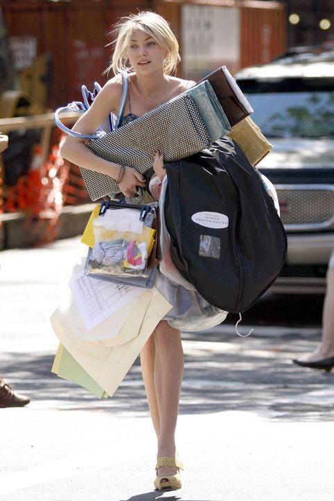 Jenny (Taylor Momsen) macht ein Praktikum bei Eleanor , doch diese ist mit Jennys Arbeitseinstellung nicht zufrieden ... - Bildquelle: Warner Brothers