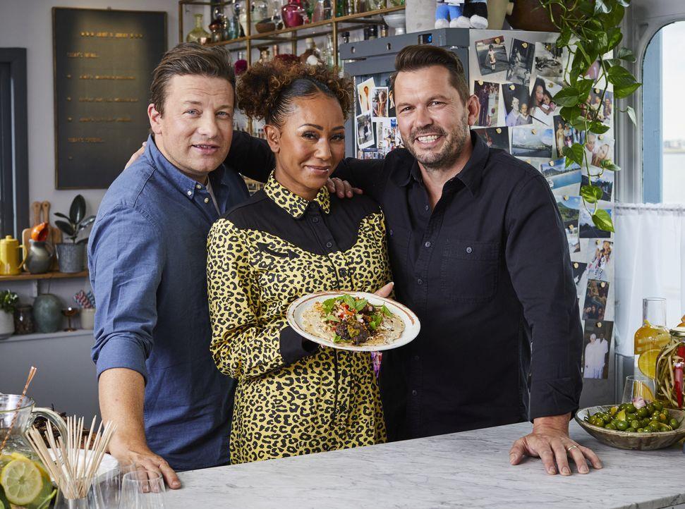(v.l.n.r.) Jamie Oliver; Melanie Brown; Jimmy Doherty - Bildquelle: Steve Ryan 2019 Jamie Oliver Enterprises Ltd. / Steve Ryan