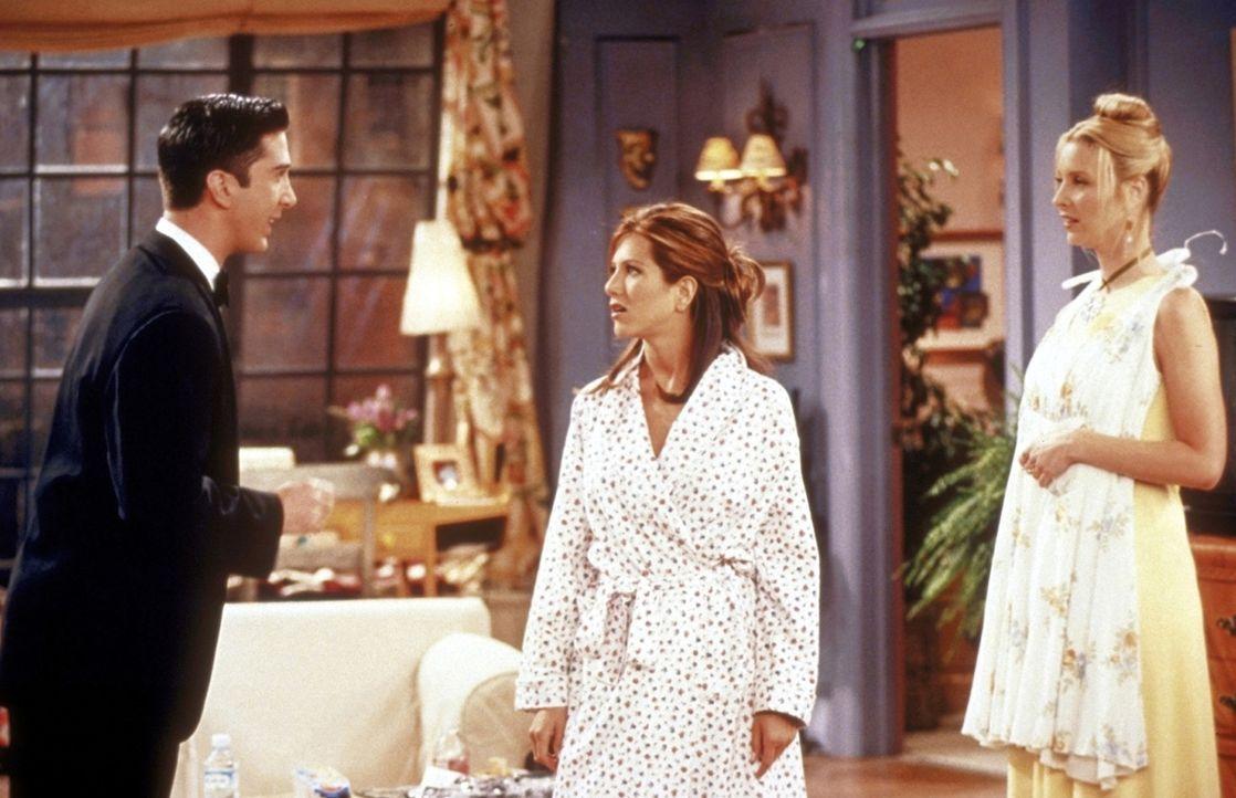 Ross (David Schwimmer, l.) ist entsetzt, dass Rachel (Jennifer Aniston, M.) und Phoebe (Lisa Kudrow, r.) ihn nicht begleiten wollen. - Bildquelle: TM+  2000 WARNER BROS.