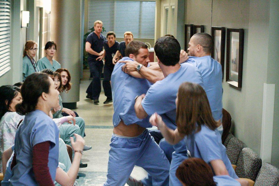 Alle stehen unter Spannung, und als sich Alex (Justin Chambers, vorne 2.v.r) von Jackson (Jesse Williams, vorne r.) provoziert fühlt, bricht ein han... - Bildquelle: Touchstone Television