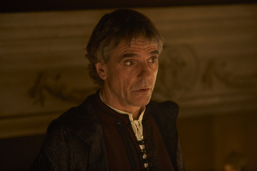 Hegt Heiratspläne für seinen blutjungen Sohn Joffre, um seine Macht zu festigen: Papst Alexander VI. (Jeremy Irons) ... - Bildquelle: LB Television Productions Limited/Borgias Productions Inc./Borg Films kft/ An Ireland/Canada/Hungary Co-Production. All Rights Reserved.