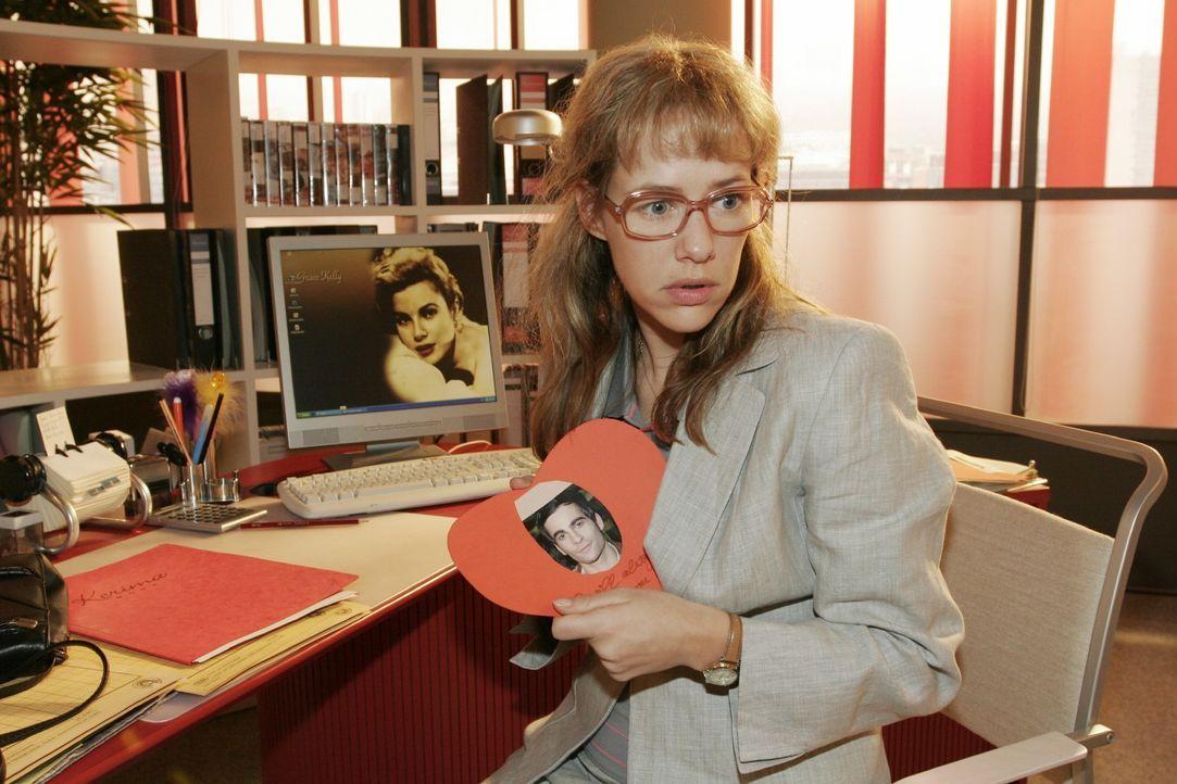 Wie gemein! Lisa (Alexandra Neldel) kann sich nicht erklären, wie diese Herzkarte mit ihrer Schrift auf ihren Schreibtisch kommt. (Dieses Foto von A... - Bildquelle: Noreen Flynn SAT.1 / Noreen Flynn