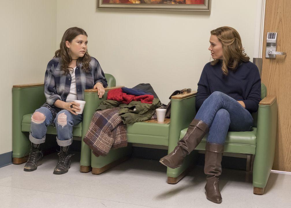 (v.l.n.r.) Kate Pearson (Hannah Zeile), Rebecca Pearson (Mandy Moore) - Bildquelle: Ron Batzdorff 2017-2018 NBCUniversal Media, LLC.  All rights reserved./Ron Batzdorff