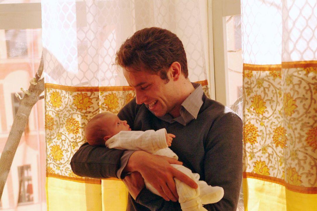 Allein mit seiner Tochter, kann Max (Alexander Sternberg) seinen Gefühlen endlich freien Lauf lassen ... - Bildquelle: Noreen Flynn SAT.1 / Noreen Flynn