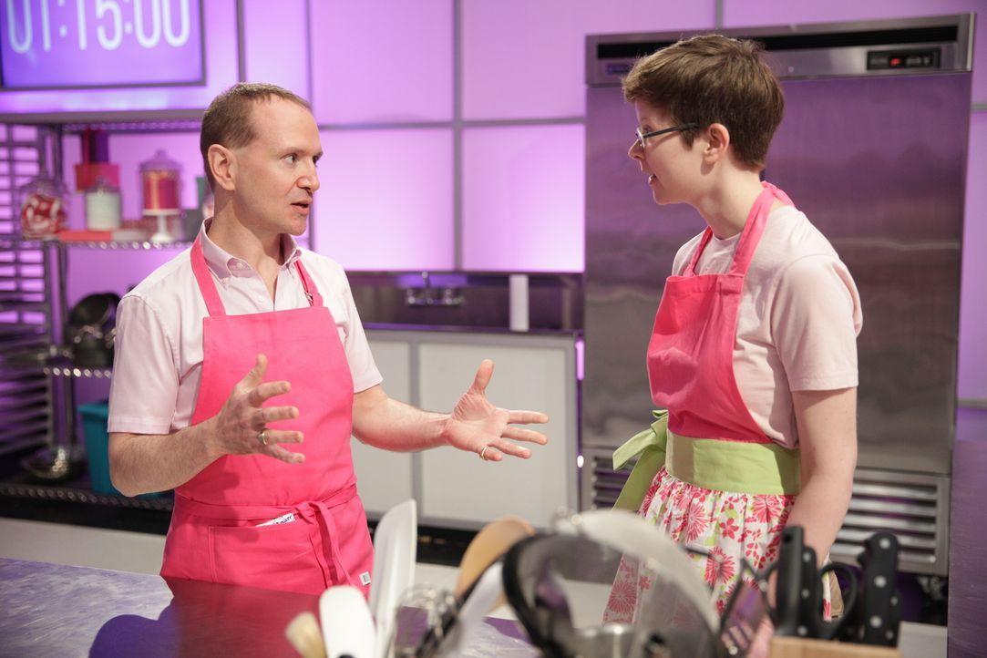 Bäcker Glenn Quirion (l.) und seine Assistentin Lauren Coffin (r.) geben alles, um nicht nur die Jury, sondern auch Krysta Yang von Nintendo of Amer... - Bildquelle: 2015, Television Food Network, G.P. All Rights Reserved