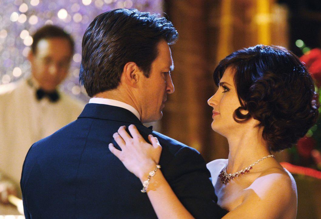 Die Tanzfläche ist der einzige Ort an dem Castle (Nathan Fillion, l.) und Kate (Stana Katic, r.) ungestört reden können ... - Bildquelle: ABC Studios