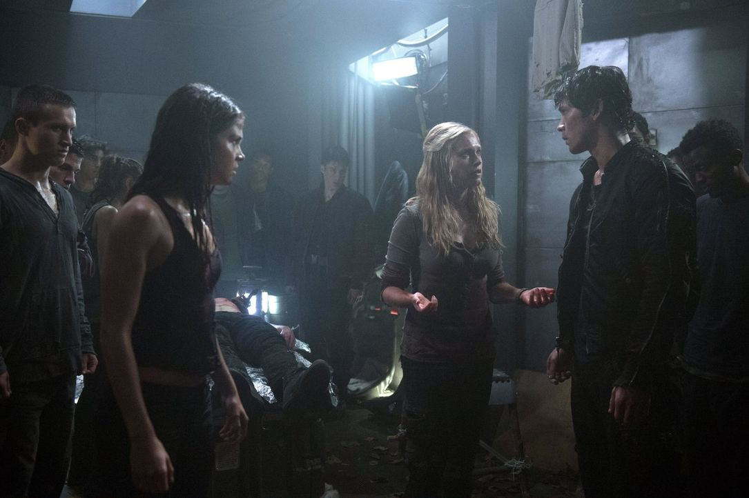 Als Bellamy (Bob Morley, r.) mit einem Gefangenen ins Lager zurückkehrt, sind Octavia (Marie Avgeropoulos, 2.v.l.) und Clarke (Eliza Taylor, M.) ent... - Bildquelle: Warner Brothers