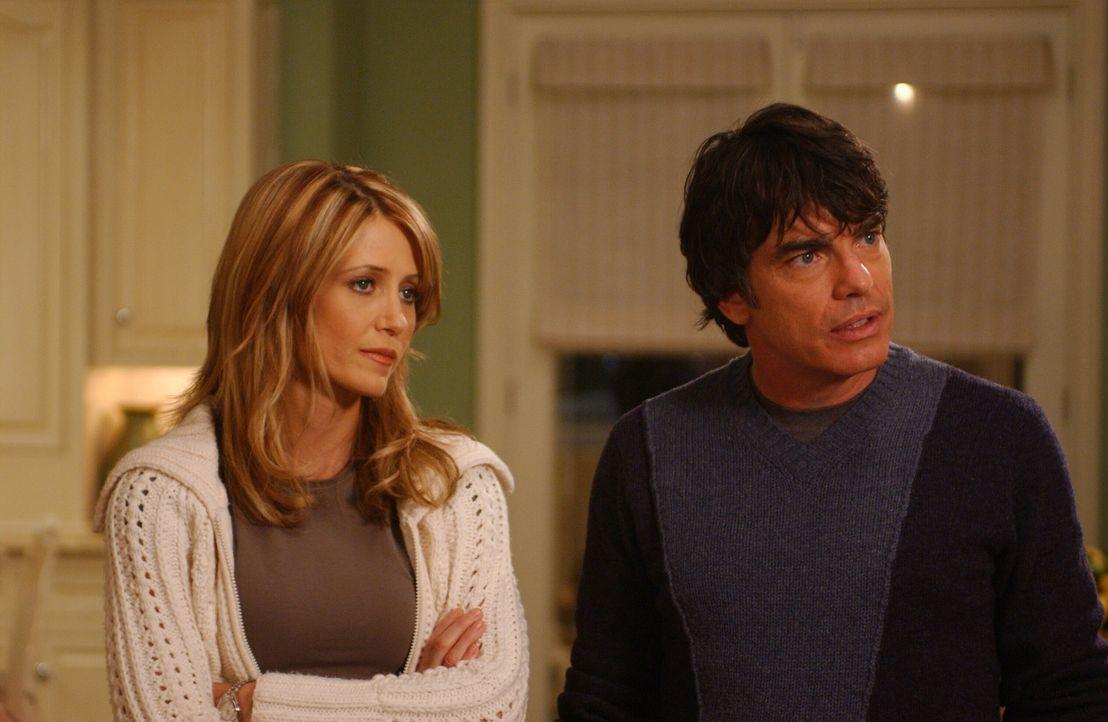 Sandy (Peter Gallagher, r.) und Kirsten (Kelly Rowan, l.) wollen einen romantischen Abend verbringen, doch es kommt ganz anders ... - Bildquelle: Warner Bros. Television