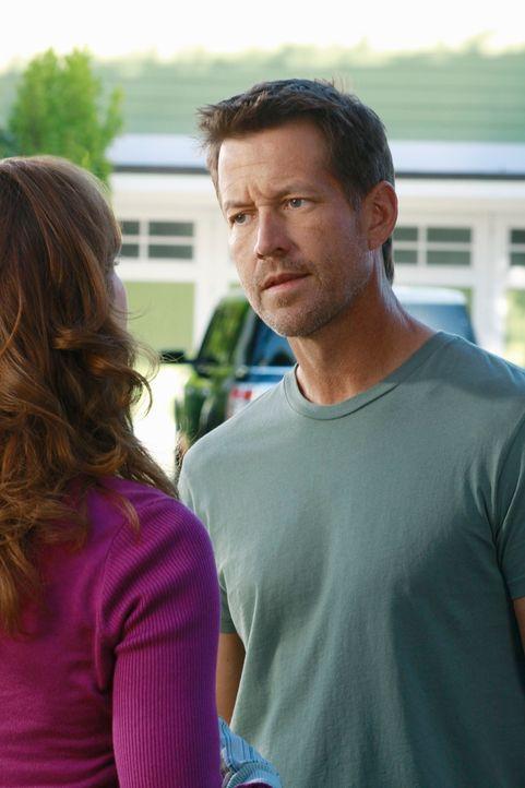 Während Lynette und Carlos aneinander geraten, macht Mike (James Denton, r.) eine schockierende Entdeckung über Katherine (Dana Delany, l.) ... - Bildquelle: ABC Studios
