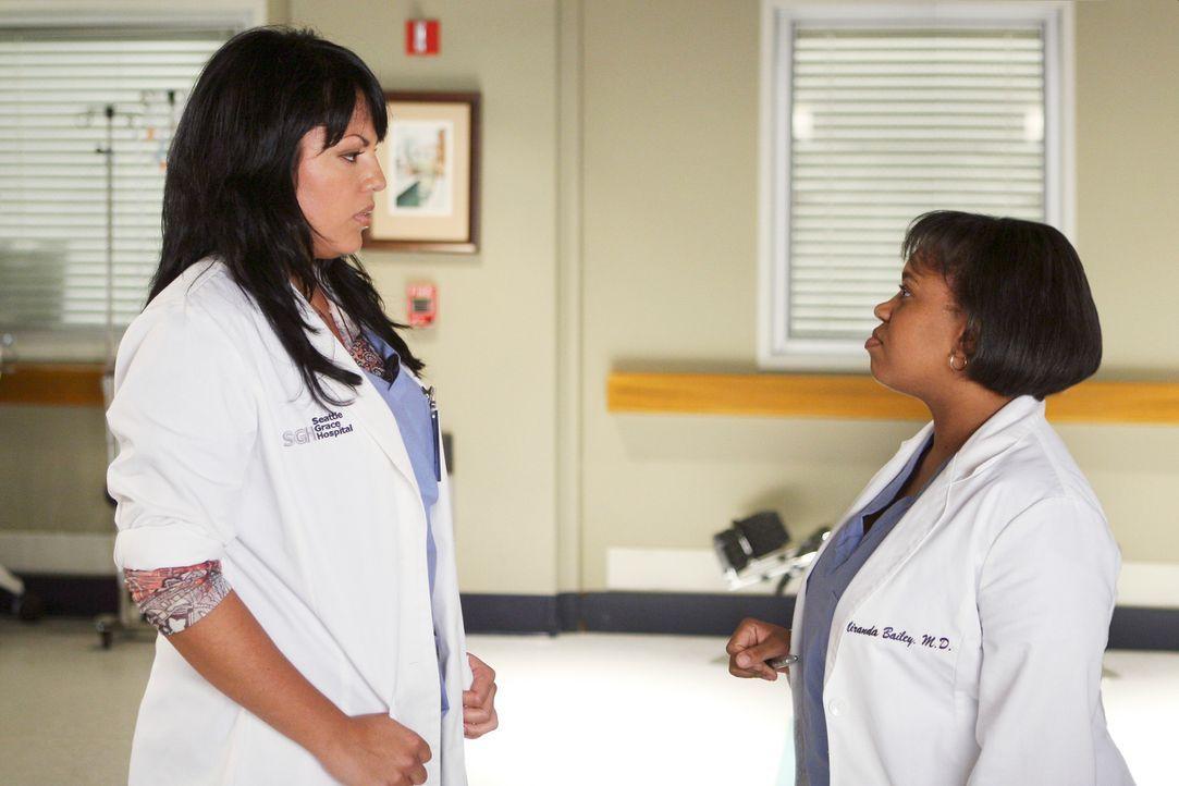 Gemeinsam versuchen sie Derek davon zu überzeugen, die junge Heather zu operieren: Bailey (Chandra Wilson, r.) und Callie (Sara Ramirez, l.) ... - Bildquelle: Touchstone Television