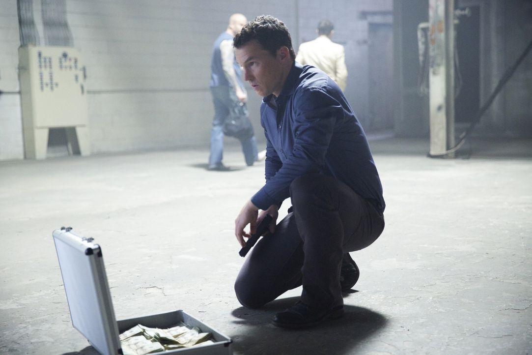 Terry (Shawn Hatosy) zieht Preston in seine illegalen Geschäfte hinein ... - Bildquelle: 2013 CBS BROADCASTING INC. ALL RIGHTS RESERVED.