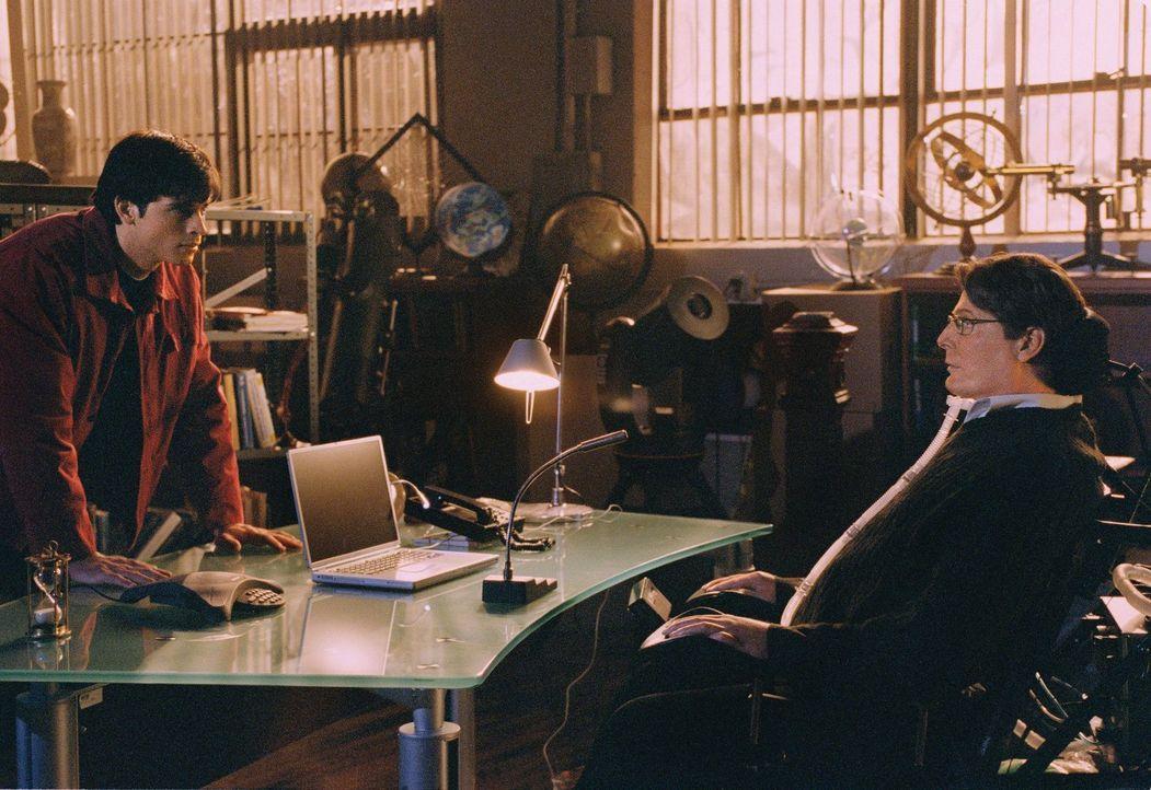 Kann Dr. Swann (Christopher Reeve, r.) tatsächlich etwas über Clarks (Tom Welling, l.) Herkunft wissen? - Bildquelle: Warner Bros.