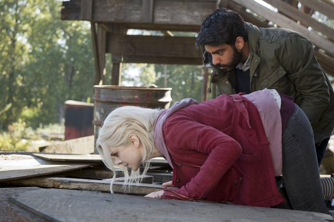 Ravi (Rahul Kohli, r.) und Liv (Rose McIver, l.) machen die Bekanntschaft mit einem Zombie, der allen Klischees entspricht ... - Bildquelle: Warner Brothers