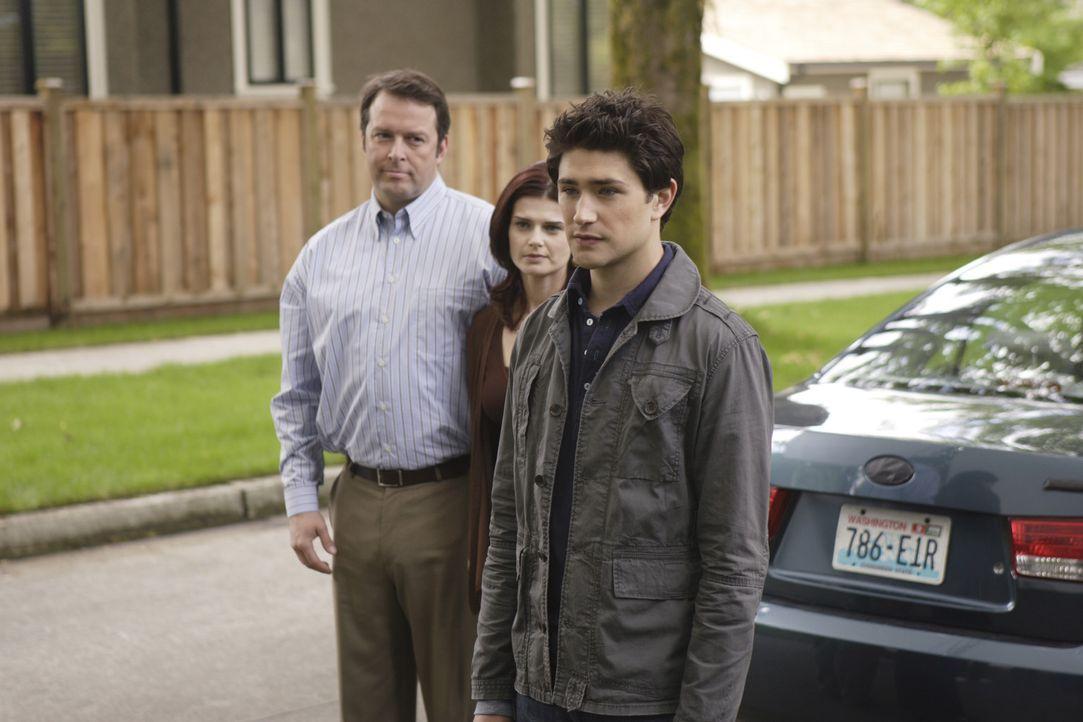 Julie (Carrie Genzel, M.) und David Peterson (Ken Tremblett, l.) behaupten, Kyles (Matt Dallas, r.) leibliche Eltern zu sein und wollen ihn wieder m... - Bildquelle: TOUCHSTONE TELEVISION