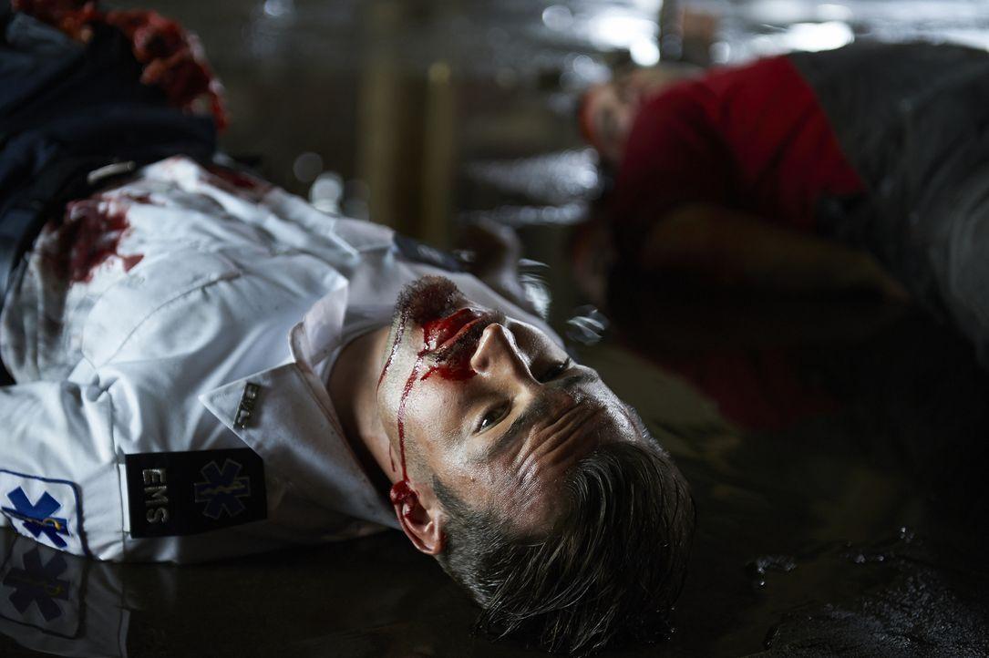 Bei einem Einsatz wird Luke (Tyler Hynes) sehr schwer verletzt ... - Bildquelle: 2013  Hope Zee Two Inc.